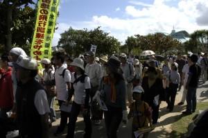 Okinawa_ginowan_crowdentering