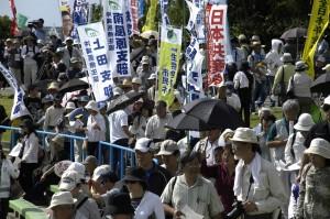 Okinawa_ginowan_protestbanners